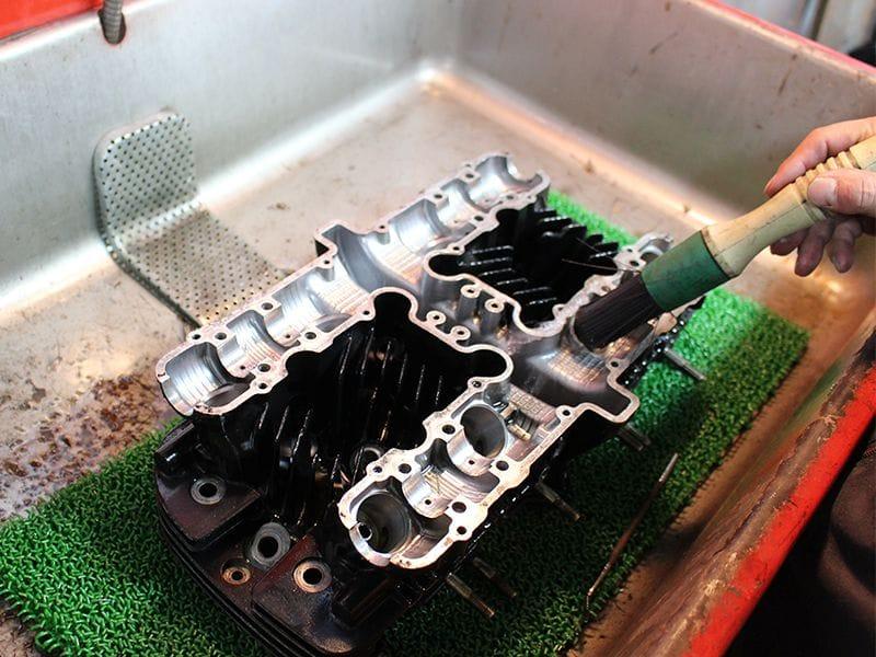 入庫しましたエンジンは、まず専用の洗浄液にてエンジンオイル等洗い流します。