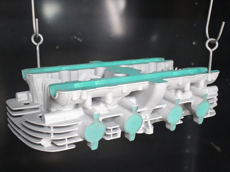 専用の乾燥炉にて、空焼き工程を行います。空焼きはサンドブラスト処理完了した後行う工程で、鋳物自体の巣穴に入っている微量の空気、オイルなどの不純物をあらかじめ出しておく為にこの様な工程を行います。こちらの工程を省いてしまうと、塗装後、ピンホール気泡が出たり、オイルのにじみなどにより、塗装剥離などが起きる場合がある為です。