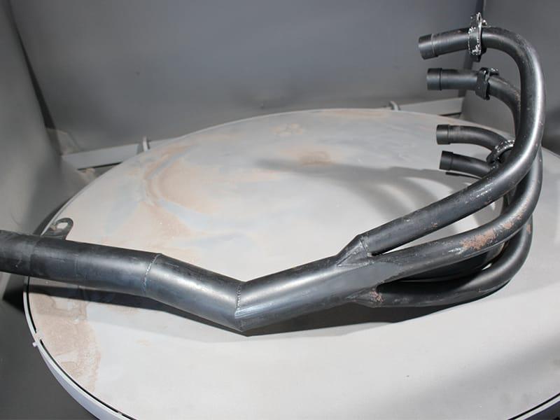 サンドブラストにて旧塗膜、錆を完全に除去致します。