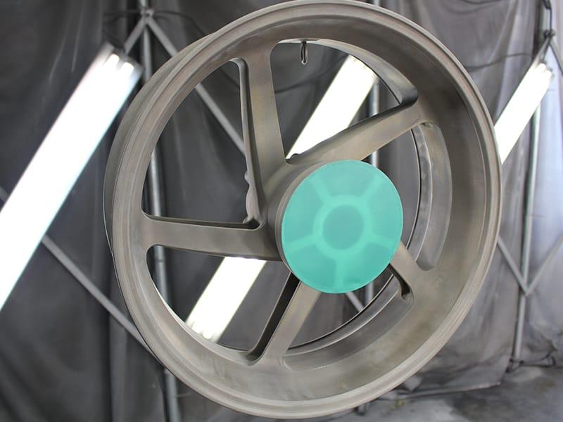 サンドブラスト処理後、アルミホイールであればアルミ専用の化成処理、マグネシウムホイールであればマグ専用の化成処理、スチールホイールであればスチール専用の化成処理を行います。それぞれ最適な処理を行い素材の保護、プライマーとの密着性を高めます。